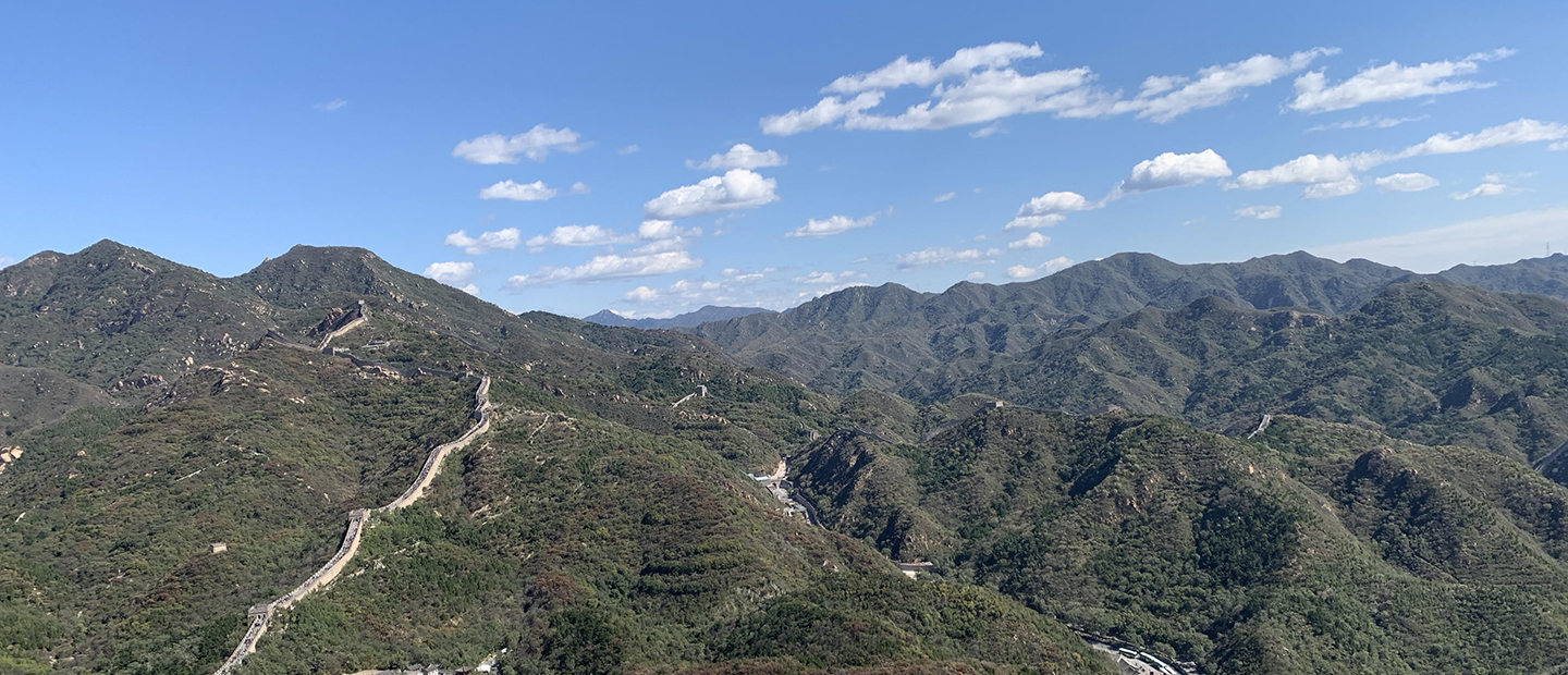 Photo of the Great Wall of China running through mountains